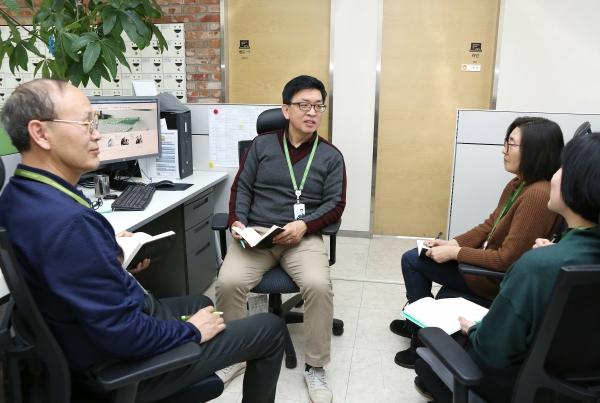 정은성 에버영 코리아 대표이사(사진 윗줄)가 12일 서울 은평구 응암동 본사에서 (사진 왼쪽부터) 유소란 신사업개발팀장, 이운희 QC(Quality Control, 업무 품질관리), 이용무 총무팀장과 업무회의를 하고 있다.