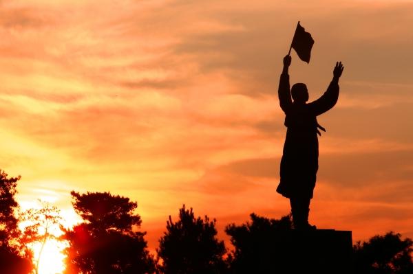 17일 충남 천안시 병천면 유관순 열사 유적지 내의 유관순 동상이 석양에 물들어 가고 있다.