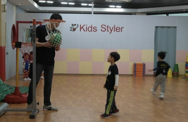아이들과 농구 활동  © 키즈스타일러