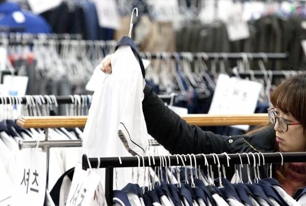 20일 서울 동작구청 강당에서 '2019 중·고생 교복 나눔 장터'가 열려 학생과 학부모들이 진열된 교복들을 살펴보고 있다.