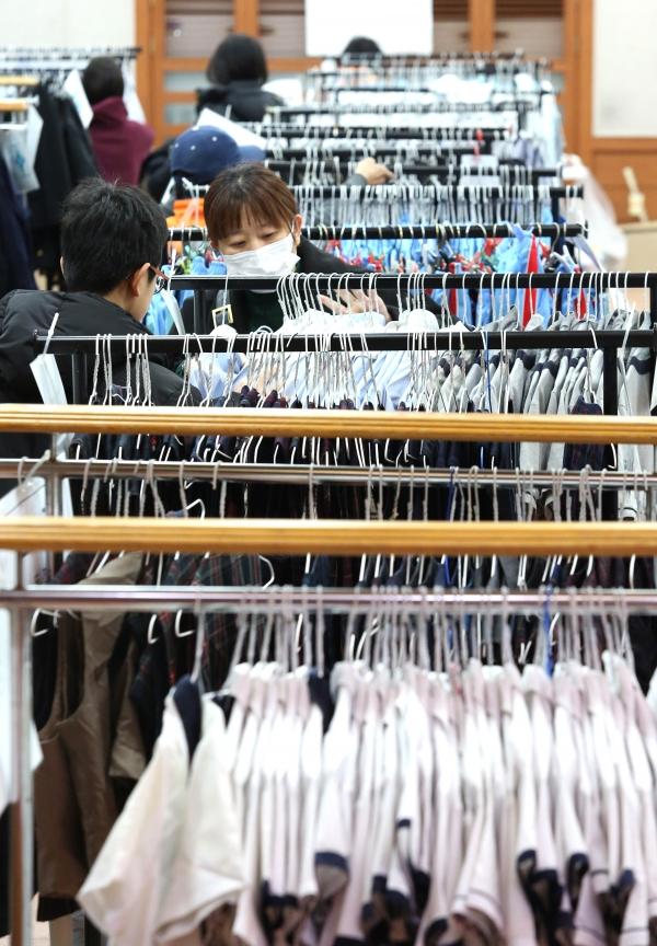 20일 서울 동작구청 강당에서 '2019 중·고생 교복 나눔 장터'가 열려 학생과 학부모들이 진열된 교복을 살펴보고 있다.