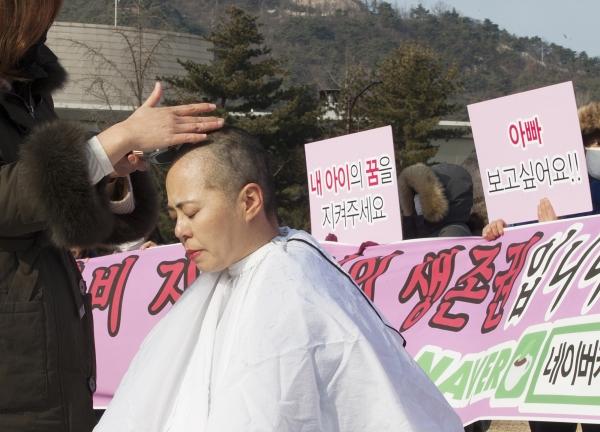 양육비 해결모임(이하 양해모) 회원들이 1일 서울 종로구 청와대 사랑채 앞에서 정부의 양육비 문제 대책 방안을 호소하는 기자회견을 열고 삭발식을 진행했다.