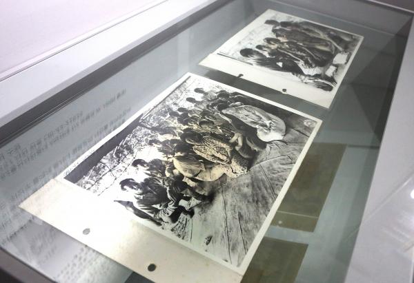 25일 서울 서대문구 서울도시건축센터에서 열린  '기록 기억: 일본군'위안부' 이야기, 다 듣지 못한 말들' 전시에서 미국 국립문서기록관리청에서 찾아낸 버마 미치나 '위안부'사진(1944년) 실물본이 전시돼 있다.