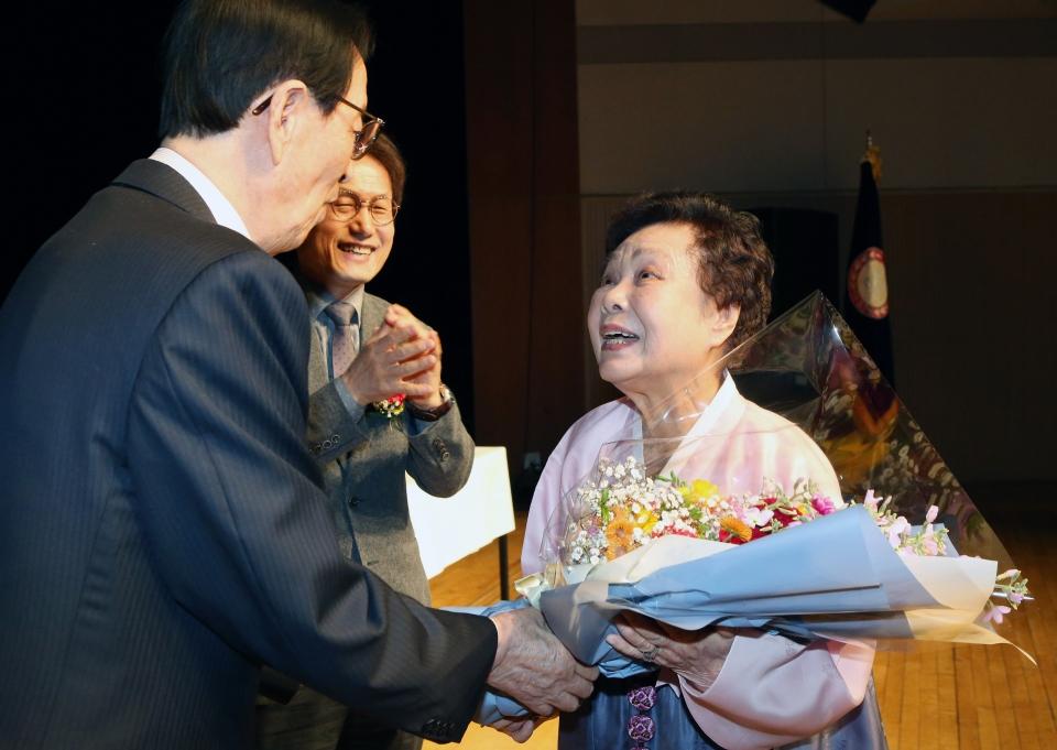 26일 서울 마포구 마포아트센터 아트홀 맥에서 일성여자중고등학교 2018학년도 졸업식이 열려 90세의 최고령 졸업생인 김순실씨가 이선재 교장과 조희연 서울시교육감으로부 축하를 받고 있다