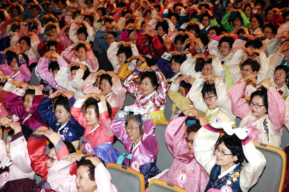 26일 서울 마포구 마포아트센터 아트홀 맥에서 일성여자중고등학교 2018학년도 졸업식이 열려 졸업생들이 선생님들을 향해 머리 위로 하트를 만들어 보이며 감사인사를 하고 있다.