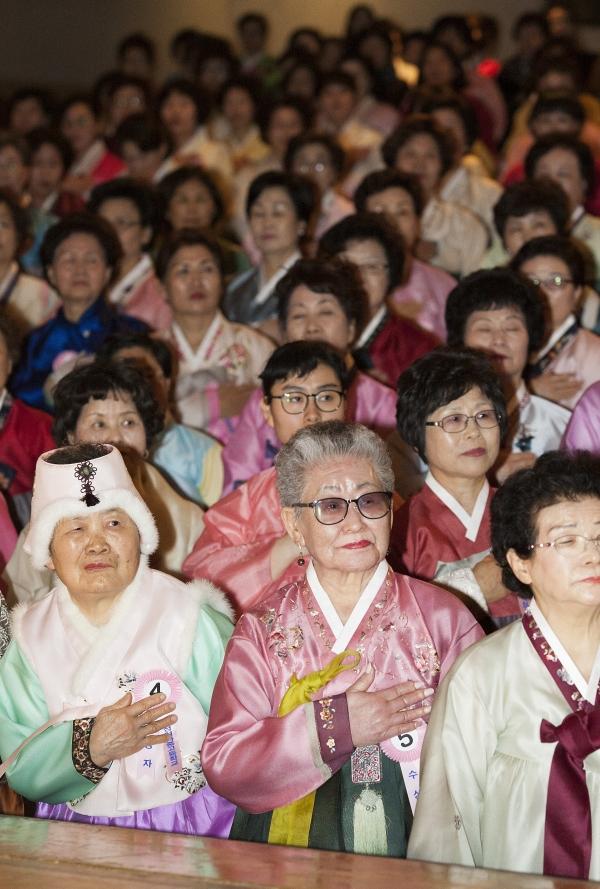 26일 서울 마포구 마포아트센터 아트홀 맥에서 일성여자중고등학교 2018학년도 졸업식이 열려 한복을 차려 입은 졸업생들이 국민의례를 하고 있다.