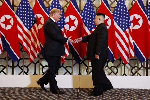 도널드 트럼프 미국 대통령과 김정은 북한 국무위원장이 2월 27일(현지시간) 베트남 하노이 소피텔 레전드 메트로폴 호텔 회담장 입구 국기 게양대 앞에서 악수하고 있다. ©하노이=AP/뉴시스