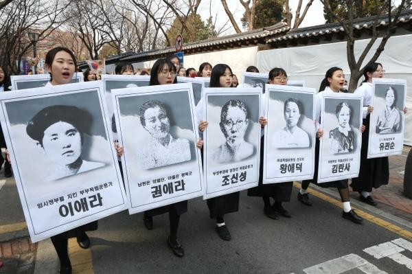 3.1절을 맞아 이화여자고등학교 학생들이 이화학당이 배출한 12명의 독립운동가 피켓을 들고 서울 서대문구 이화여고를 출발해 서울시청광장을 향해 '3.1절 100주년 이화학당 만세행진'을 하고 있다.