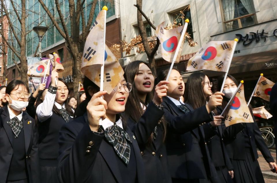 3.1절을 맞아 이화여자고등학교 학생들이 서울 중구 이화여고를 출발해 서울시청광장을 향해 대한독립만세를 부르며 '3.1절 100주년 이화학당 만세행진'을 하고 있다.