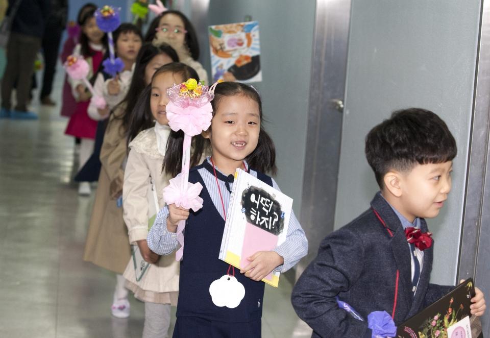 4일 서울 종로구 교동초등학교에서 열린 2019학년도 제125회 입학식 후 신입생들이 선생님을 따라 교실로 들어가고 있다.