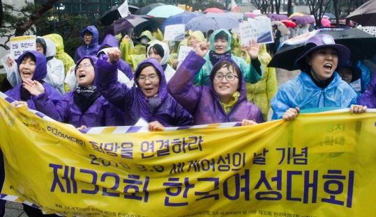 지난 2016년 3월 5일 3.8 세계 여성의 날 기념 제32회 한국여성대회 퍼레이드 참가자들이 서울 종로구 종각역 앞에서 구호를 외치고 있다. ⓒ여성신문