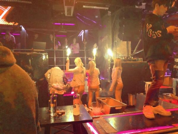 클럽 아레나에서 '샴페인 걸'로 불리는 직원들이 양주를 시킨 테이블에서 세레모니를 하고 있다. ⓒ여성신문