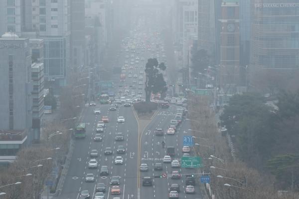 수도권과 충청 일부 지역에 고농도 미세먼지 비상저감조치가 사상 처음으로 엿새 연속 발령된 6일 오전 서울 서초구 누에다리에서 바라본 도심이 뿌옇게 보이고 있다. ⓒ뉴시스·여성신문