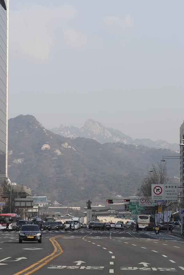 서울 미세먼지 농도가 보통 수준을 보이고 있는 7일 오전 서울 도심의 시야가 비교적 트여 있다. ⓒ뉴시스·여성신문