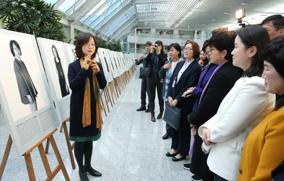 8일 서울 여의도 국회의원 회관에서 2019 세계 여성의 날 기념 '한불 여성과학자 인물사진전-앵피니테 플뤼리엘'이 열려 사진의 모델인 이은형 교수가 작품설명을 하고 있다.