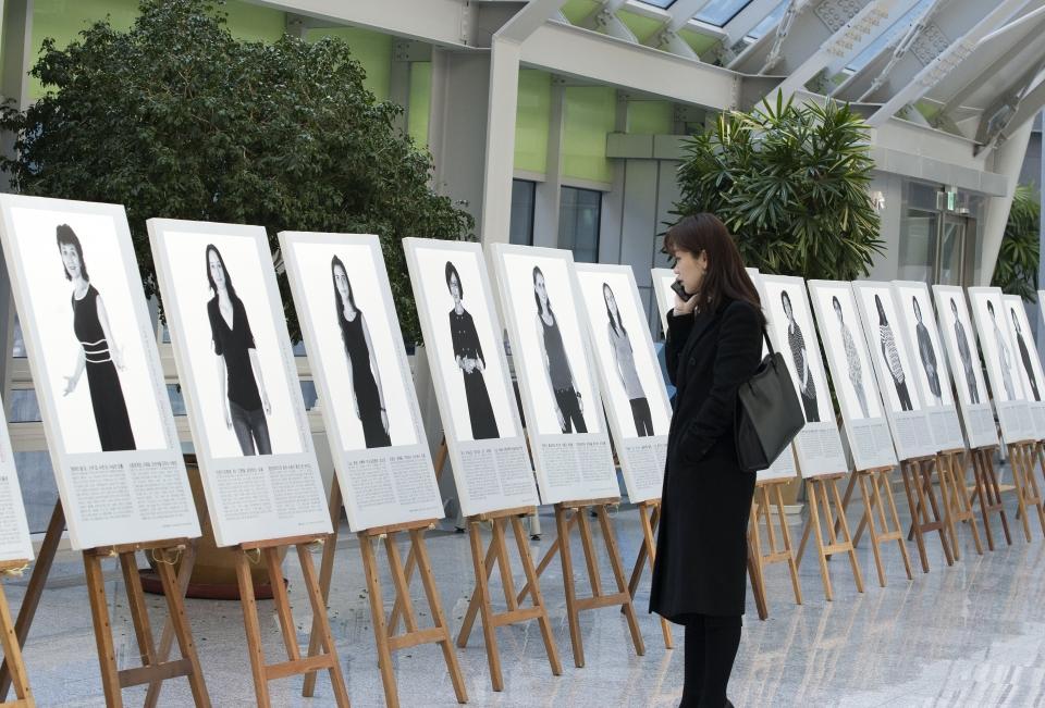8일 서울 여의도 국회의원 회관에서 2019 세계 여성의 날 기념 '한불 여성과학자 인물사진전-앵피니테 플뤼리엘'이 열려 관람객들이 사진작품들을 보고 있다.