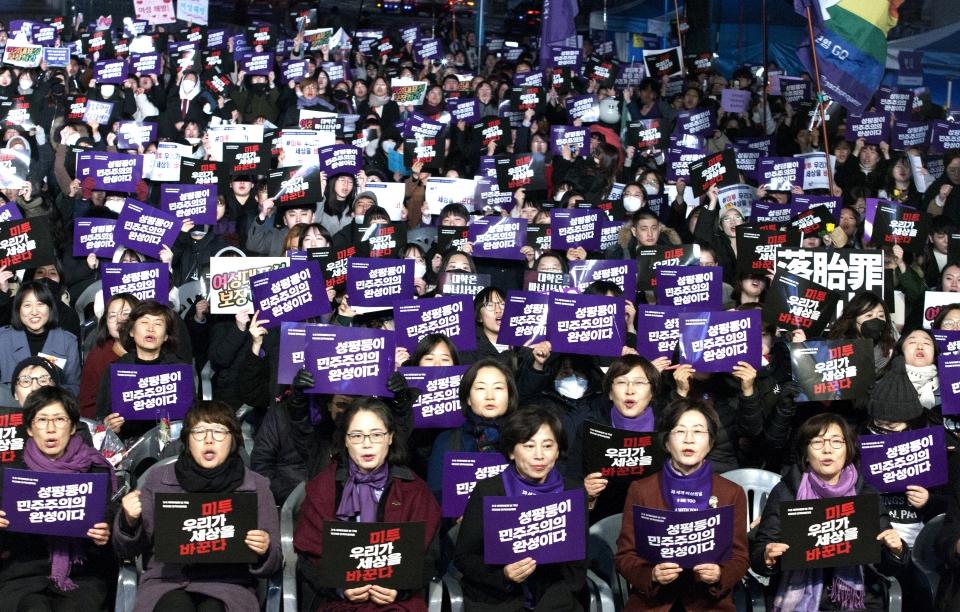 """8일 서울 광화문광장에서 3.8 세계여성의 날 기념 '제35회 한국여성대회'가 열려 참가자들이 피켓을 들고 """"성평등이 민주주의의 완성이다"""" 구호를 외치고 있다."""