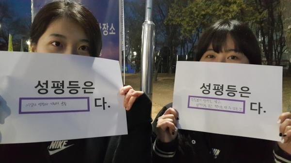 나이키 주최 '위대한 페스티벌' 스태프로 활동 중인 A씨와 B씨. ⓒ김진수 기자