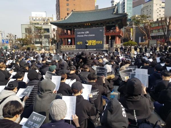 """3월 9일 오후 서울 종로구 보신각에서 낙태죄 폐지를 촉구하는 집회가 열렸다. 검은 옷을 입은 여성 3000명(주최 측 추산)이 """"여자는 인간이다, 내가 바로 생명이다""""라고 외치며 헌법재판소를 향해 '낙태죄 위헌'을 결정하라고 촉구했다. ©이하나 기자"""