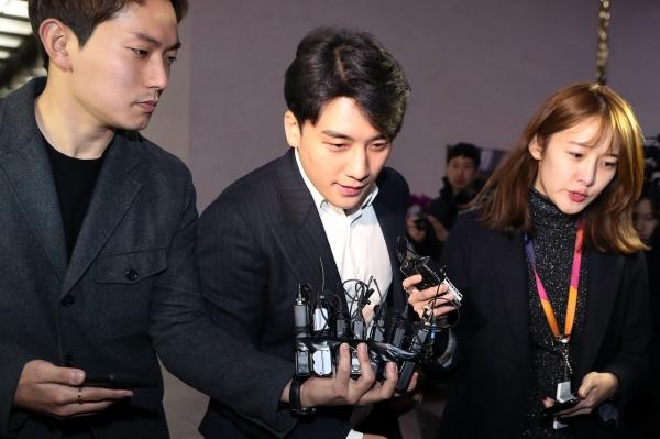 '성매매 알선' 의혹을 받고 있는 가수 승리가 2월 28일 서울 종로구 서울지방경찰청에서 조사를 받고 청사를 나서고 있다.  ©뉴시스·여성신문