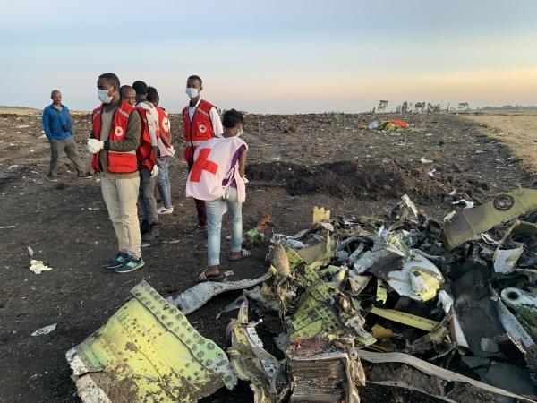 10일(현지시간) 에티오피아 수도 아디스아바바 남동쪽 60km가량 떨어진 비쇼프투 마을 부근 항공기 추락 현장에서 구조대원들이 현장을 살피고 있다. 승객과 승무원 157명을 태우고 에티오피아를 떠나 케냐 나이로비로 향하던 에티오피아 항공 보잉 '737-800 맥스' 여객기가 추락해 157명이 전원이 숨졌다고 항공사가 밝혔다.