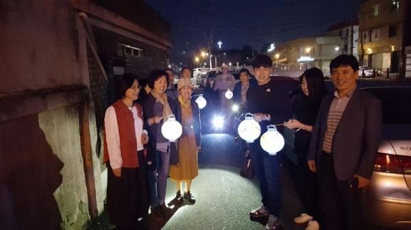 골목길재생협의회 회원들이 골목길 등불 산책 행사를 진행하고 있다. ⓒ루치아의 뜰 제공
