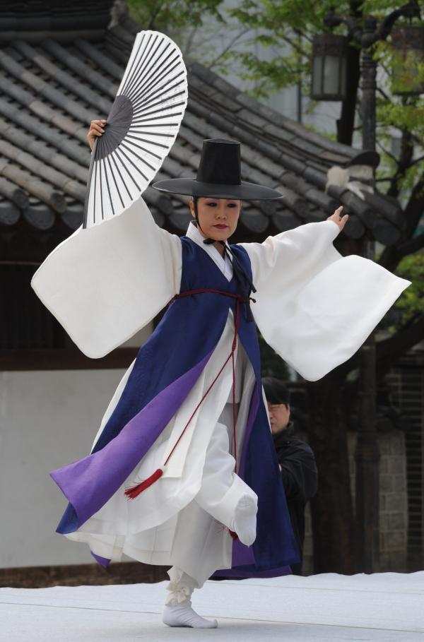 천년가무악 최영희 단장이 한량무를 추고 있다. 한량무는 남자춤으로 여겨지지만 성별 구분 없이 누구나 출 수 있다. ⓒ뉴시스