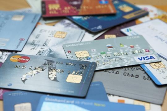 지난해 화장품과 의류 업종 등에서 사용된 신용카드 사용액이 감소한 것으로 조사됐다. ⓒ여성신문