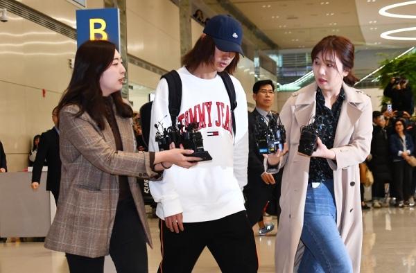 12일 가수 정준영이 성관계 영상을 불법으로 찍고 유포한 혐의를 받는 가운데 인천공항을 통해 귀국하고 있다. ⓒ뉴시스·여성신문