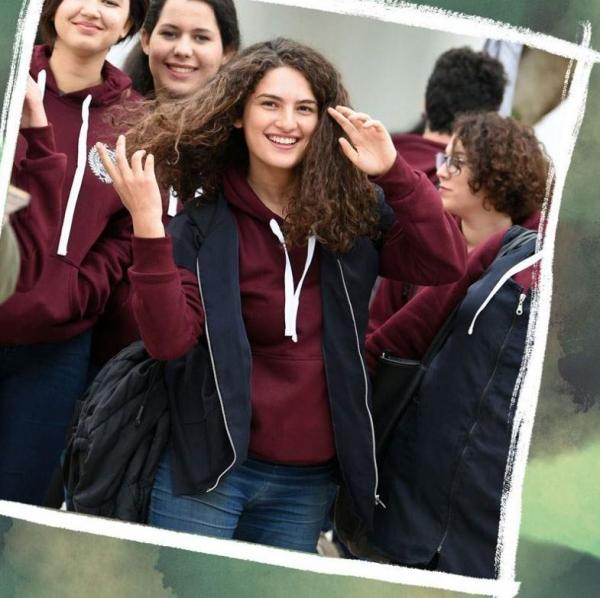 튀니지에서는 여학생들만 옷 위에 남색 작업용 덧옷을 입도록 규정하고 있다. ©BBC 홈페이지 캡쳐