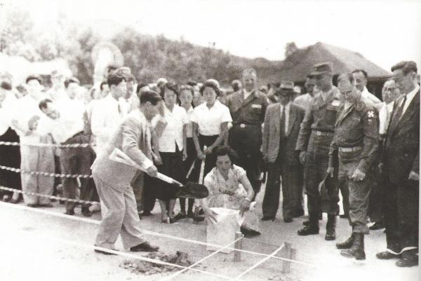1954년 8월 최옥자 박사와 주영하 박사가 6·25 때 전소된 충무로 교사 복구공사 기공식에서 첫 삽을 뜬 후 기념으로 흙을 봉투에 담는 모습. 충무로 교사는 이후 수도여자사범대학으로 개편됐다. ©세종대