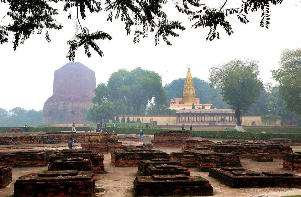녹야원. 신들의 도시 바라나시에 있으며 부처님이 처음으로 설법을 했던 불교의 4대 성지의 하나로 아쇼카대왕이 세워둔 돌기둥 위에 얹힌 네마리의 사자는 인도의 문장이 되었다. ⓒ김경호