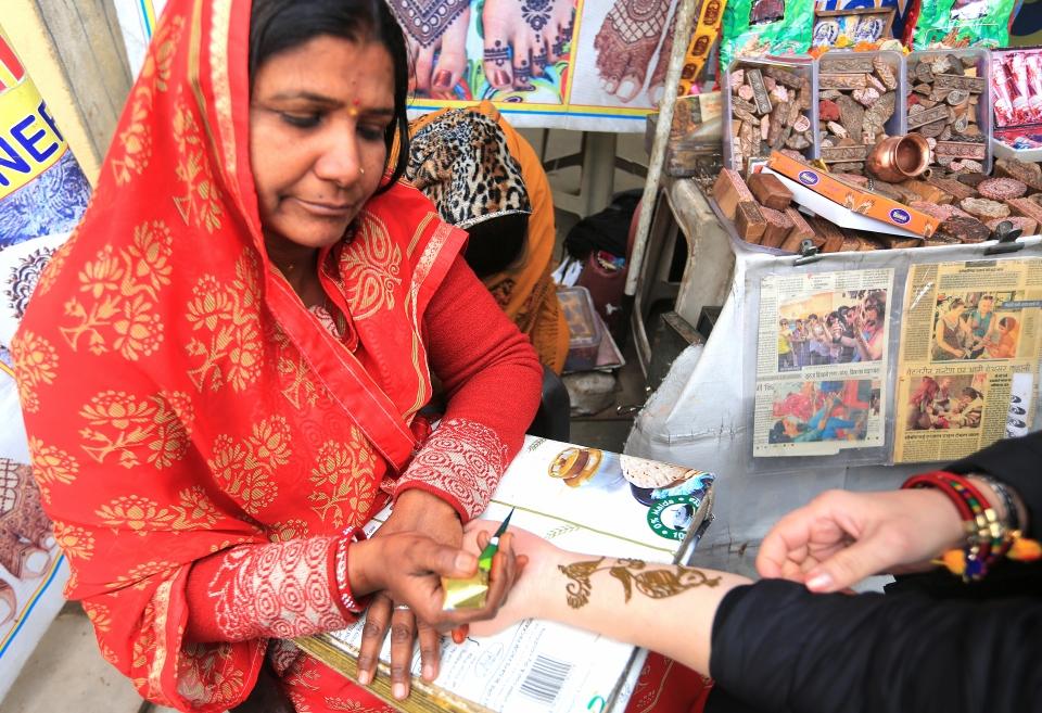 헤나가 없는 인도의 결혼식은 생각 할수 없을 정도로 인도여성들에게 헤나는 없어서는 안되는것 중에 하나다. 관광객들에게 인도의 국조인 공작, 연꽃 등을 그려주고 돈을 받는다. ⓒ김경호