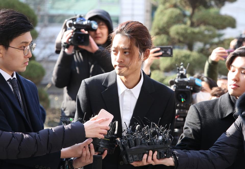 불법 촬영·유통 혐의를 받고 있는 가수 정준영이 14일 서울지방경찰청에 피의자 신분으로 조사를 받기 위해 출석하고 있다.