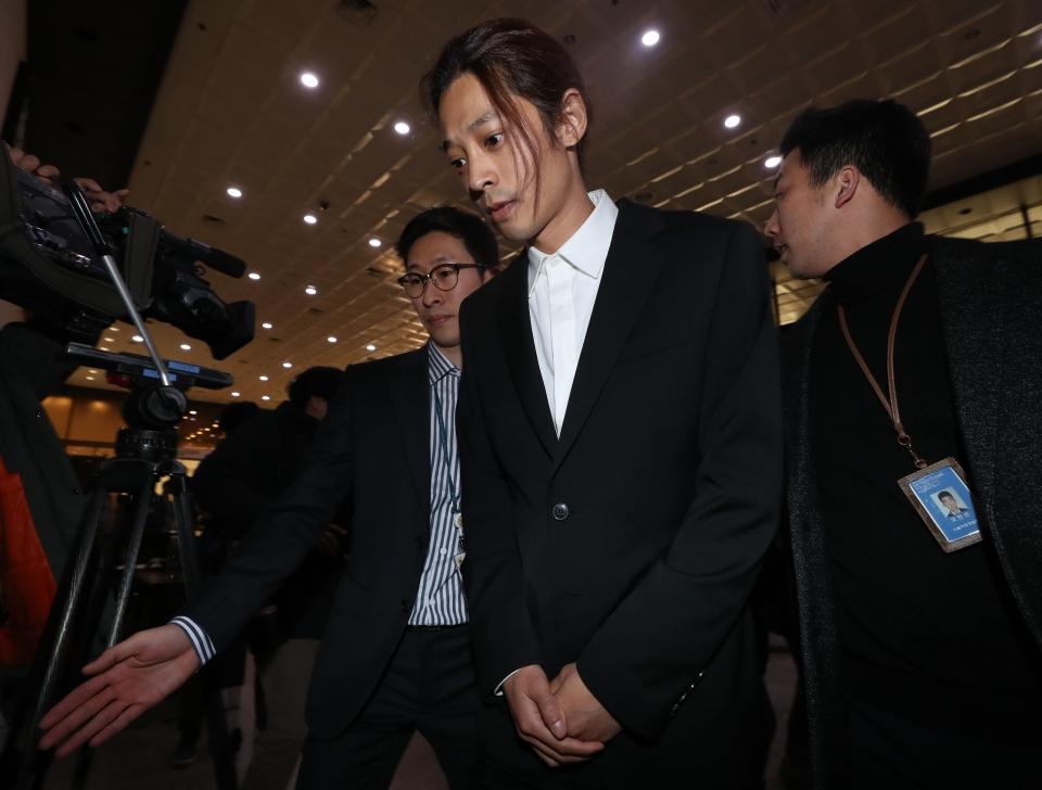 불법 촬영·유포 혐의를 받고 있는 가수 정준영이 14일 서울지방경찰청에 피의자 신분으로 조사를 받기 위해 출석하고 있다.