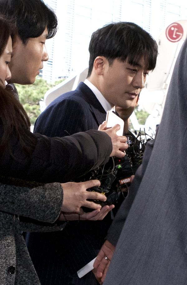성매매 알선 혐의를 받고 있는 그룹 빅뱅 출신의 승리가 14일 서울지방경찰청에 피의자 신분으로 조사를 받기 위해 출석하고 있다.