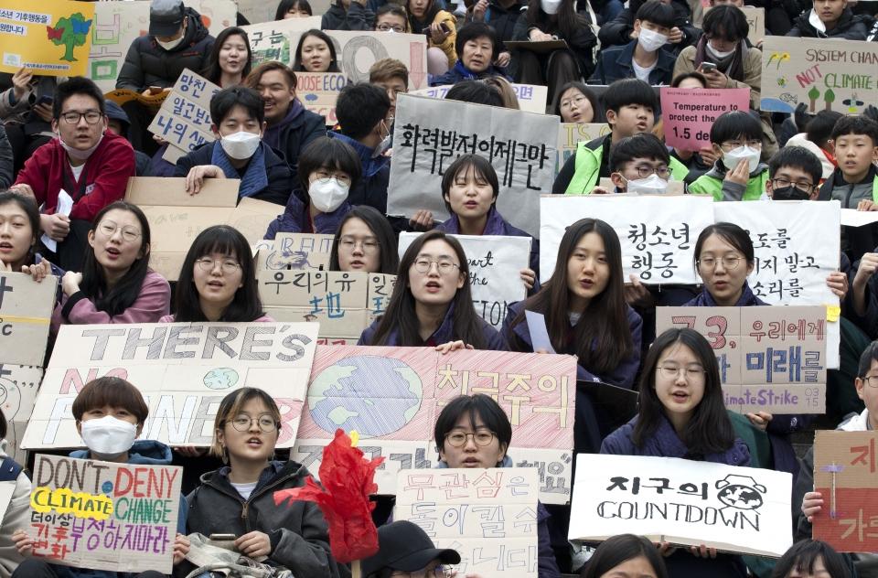 청소년기후소송단 회원들이 15일 서울 광화문 세종문화회관 계단 앞에서 '315 청소년 기후행동' 집회를 열고 있다.