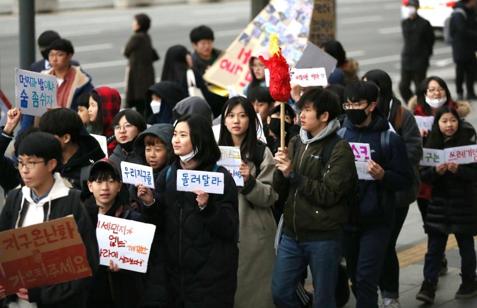 청소년기후소송단 회원들이 15일 서울 광화문 세종문화회관 계단 앞에서 '315 청소년 기후행동' 집회 후 청와대를 향해 행진하고 있다.