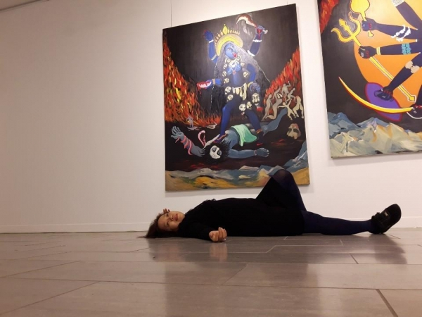 칼리여신 앞에서 누워서 그림과 몸으로 소통하는 미류. ©최형미