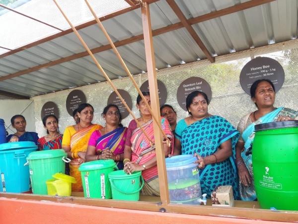 재활용 테마 파크에서 퇴비 만드는 방법을 배우고 있는 여성 지도자들. ©최형미