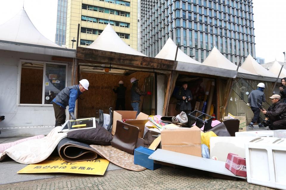 18일 서울 광화문 광장의 세월호 천막 철거작업이 진행되고 있다.