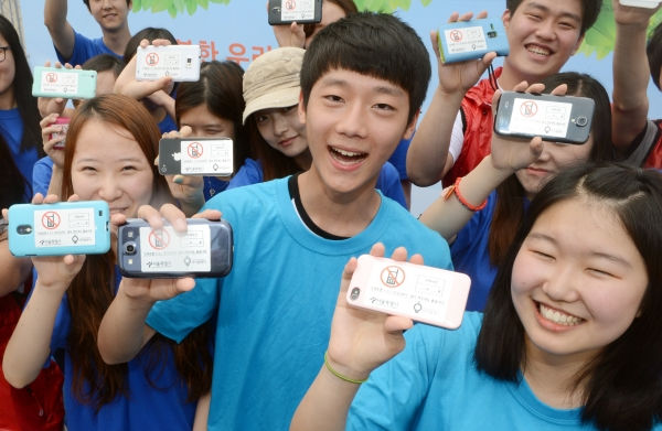 서울시 주최로 열린 스마트폰중독 예방을 위한 캠페인에 참석한 청소년들이 스마트폰끄기 스티커를 폰에 부착하고 '스마트폰 1-1-1 캠페인'을 홍보하고 있다. ⓒ뉴시스·여성신문