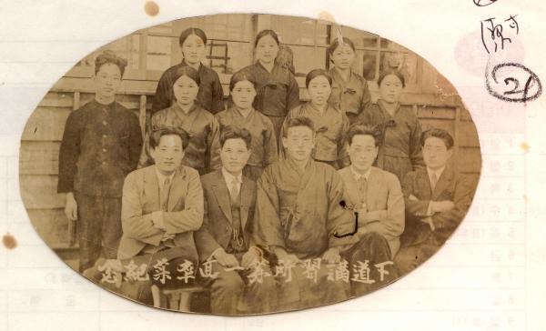 제주해녀항일운동을 주도한 해녀들과 야학 교사들의 기념사진 / 제주도청