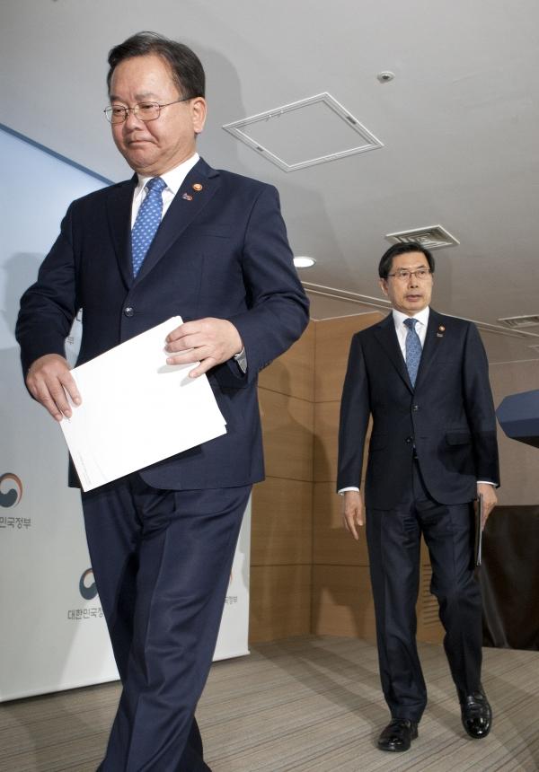 박상기 법무부장관(사진 오른쪽)과 김부겸 행정안전부 장관이 19일 서울 종로구 정부서울청사에서 과거사위원회 활동 및 버닝썬 수사 관련 법무부·행정안전부 합동 긴급 기자회견을 마치고 브리핑룸을 나가고 있다.