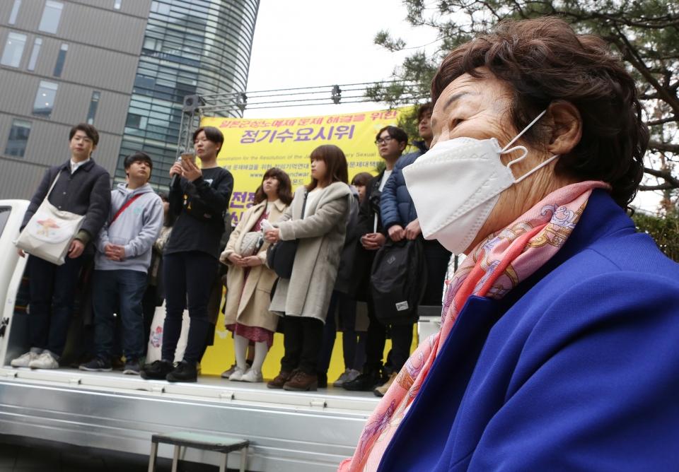 이용수 할머니가 20일 서울 종로구 일본대사관 앞에서 제1379차 일본군성노예제 문제해결을 위한 정기 수요시위에 참석해 일본인 단체 참가자들의 연대발언을 듣고 있다.