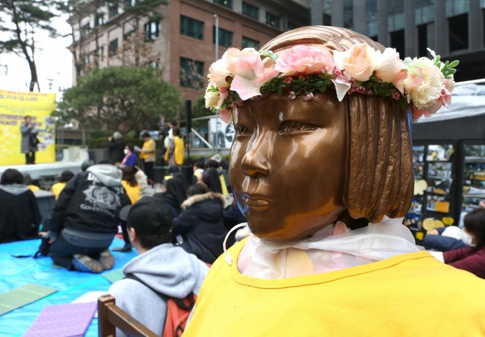 20일 서울 종로구 일본대사관 앞에서 제1379차 일본군성노예제 문제해결을 위한 정기 수요시위가 열리는 가운데 봄을 맞아 소녀상이 화관을 쓰고 있다.