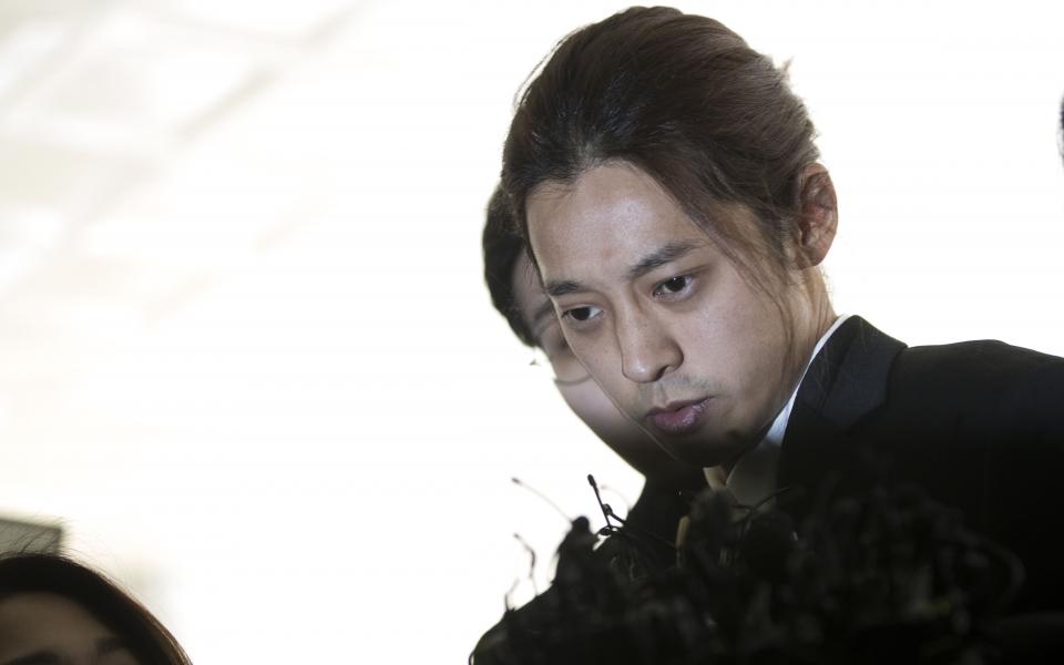 불법 촬영·유포 혐의를 받고 있는 가수 정준영이 14일 서울지방경찰청에 피의자 신분으로 조사를 받기 위해 출석하고 있다. ⓒ이정실 여성신문 사진기자