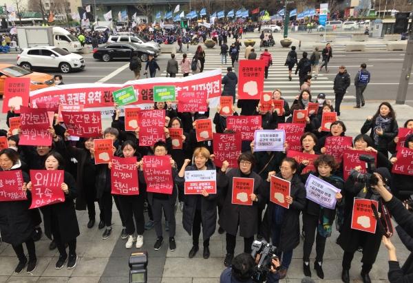 여성‧시민‧사회단체들은 21일 오후 서울 세종문화회관 앞에서 기자회견을 열어 클럽 버닝썬 사건과 관련한 공권력 유착의 진상규명과 엄중한 처벌을 촉구했다. ⓒ진주원 여성신문 기자