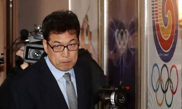 전명규 한국체대 교수가 21일 서울 송파구 올림픽파크텔에서 기자회견을 열고 빙상계 폭력 및 성폭력 사건 은폐 의혹과 관련 입장을 밝히기 위해 회견장으로 들어서고 있다.  ©여성신문·뉴시스