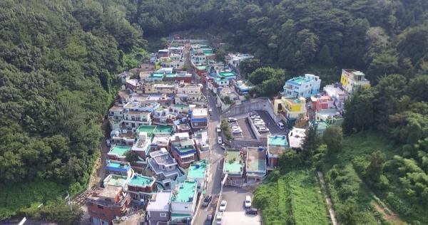 부산시 동구 초량동 80여가구가 옹기종기 모여 살고 있는 이바구마을 전경. 오른쪽에 알록달록한 도심민박촌 '이바구 캠프'가 자리 잡고 있다. ⓒ이바구캠프